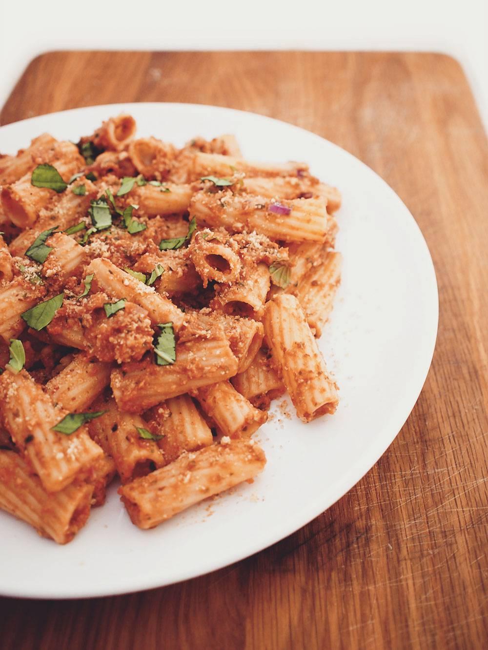 http://www.eatmeplease.pl/pasta-z-suszonych-pomidorow-oliwek-tofu-i-swiezych-ziol/