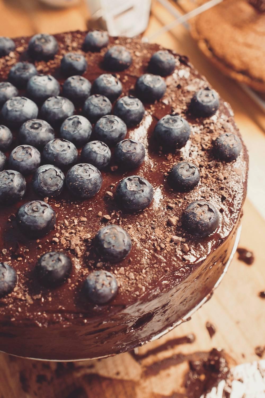 tort bananowy zcytrynowym kremem znerkowców, gorzką czekoladą iborówkami