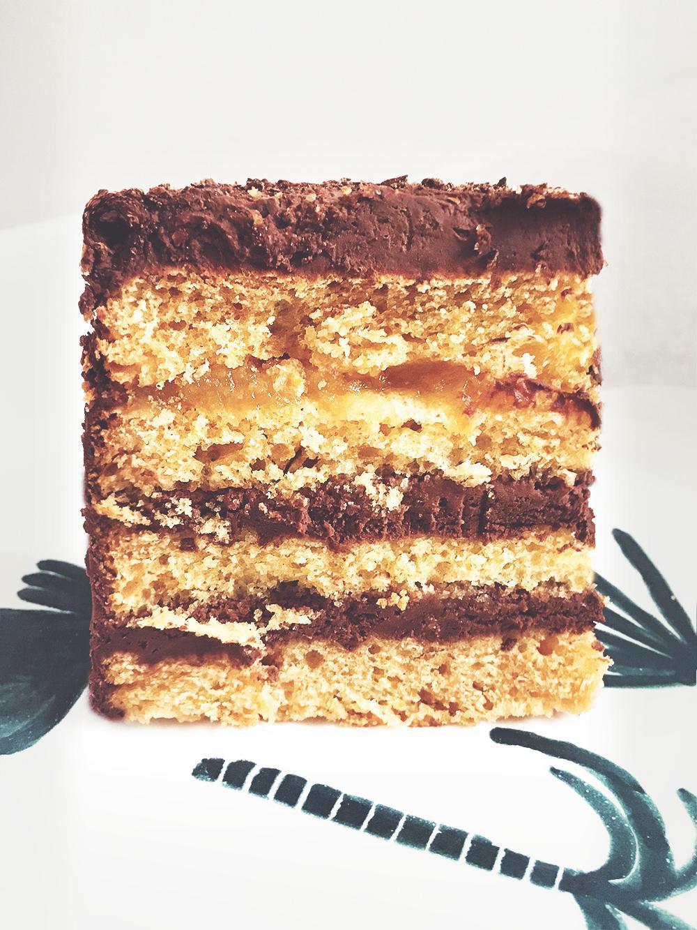 Pomarańczowy tort zmusem czekoladowym