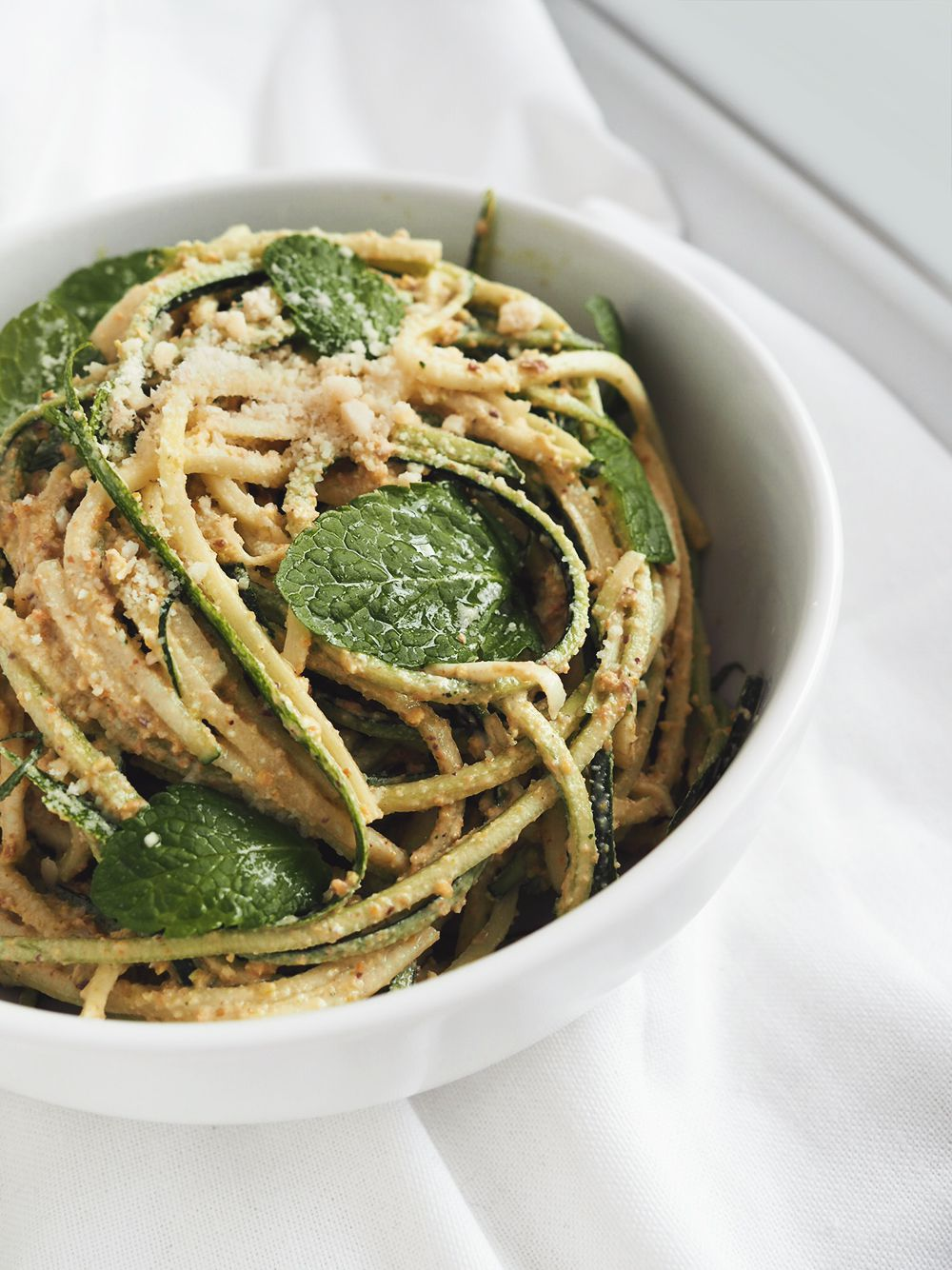 Spaghetti zcukinii zpistacjowym pesto – eatmeplease.pl