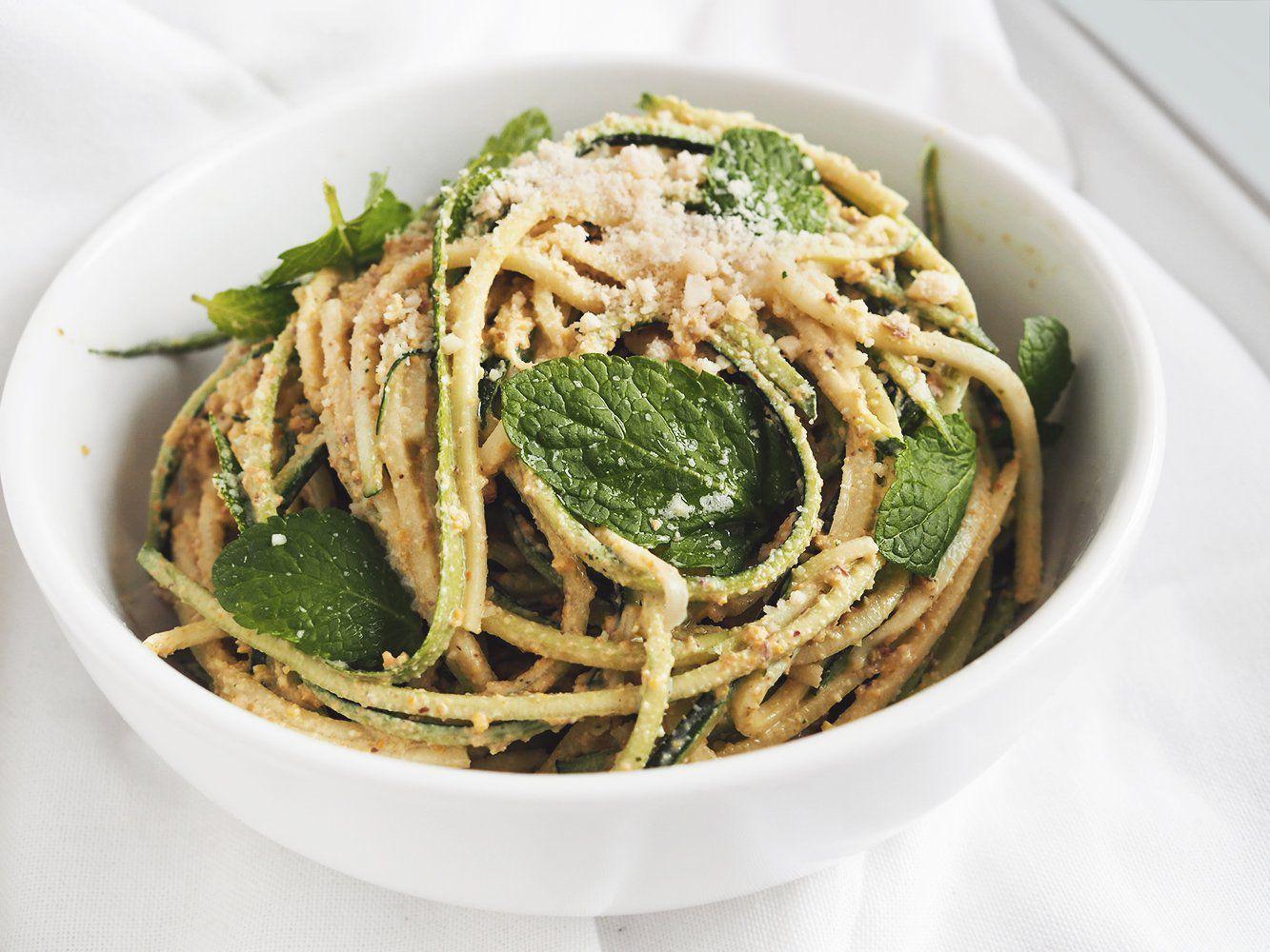 Spaghetti z cukinii z pistacjowym pesto – eatmeplease.pl